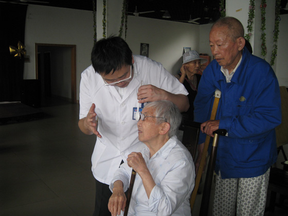 为老人测视力